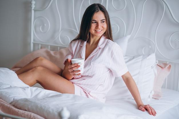 Mulher, café bebendo, cama