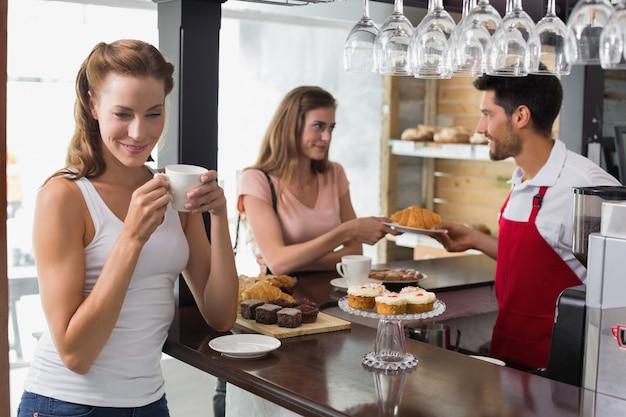 Mulher, café bebendo, com, amigo, e, barista, em, loja café