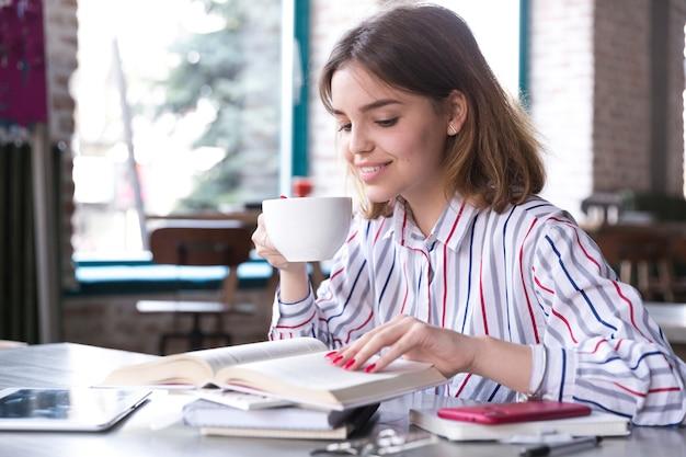 Mulher, café bebendo, e, leitura