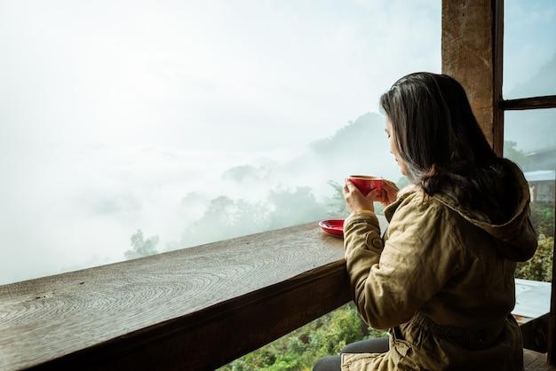 Mulher, café bebendo, em, loja café, ligado, montanha