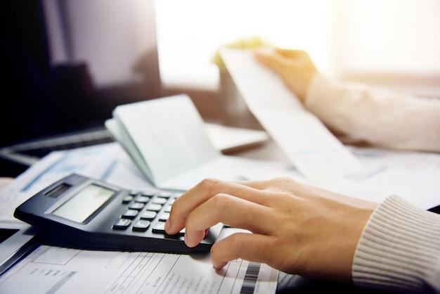 Mulher calculando sua dívida.