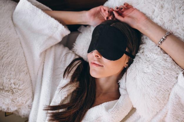 Mulher, cama, desgastar, dormir, máscara