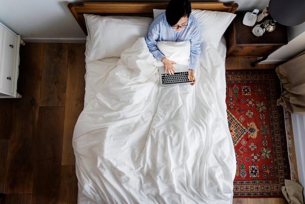 Mulher, cama, usando, um, dispositivo digital