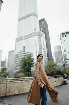 Mulher caminha pelas ruas de chicago