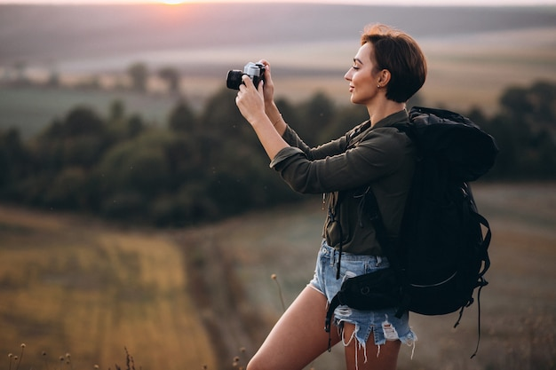Mulher, caminhadas nas montanhas e fazendo foto