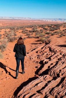 Mulher caminhando, em, um, deserto, curva ferradura, canyon glen área recreação nacional, arizona-utah, eua
