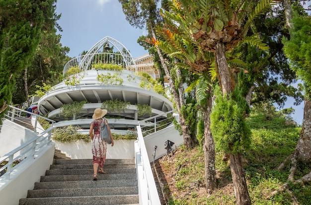 Mulher caminhando em uma escada no lago sol e lua em nantou, taiwan