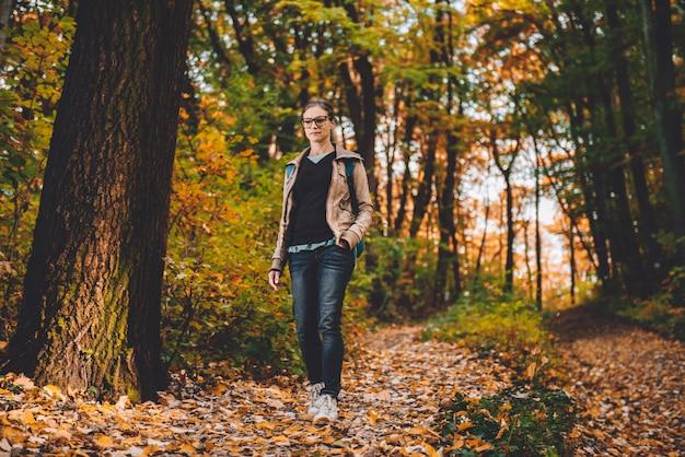Mulher caminhando em uma floresta