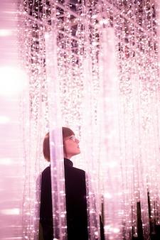 Mulher caminhando entre as luzes