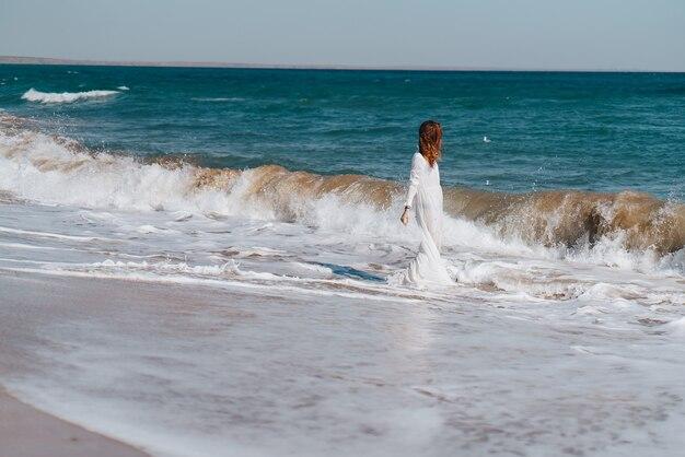 Mulher caminhando na praia no verão