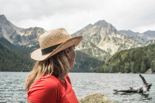 Mulher caminhando no parque nacional d'aiguestortes nos pirinéus na espanha