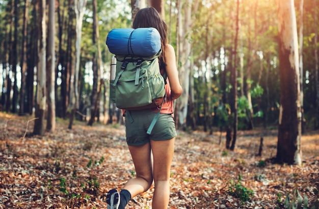 Mulher caminhando pela floresta
