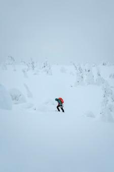 Mulher caminhando pela lapônia coberta de neve, finlândia