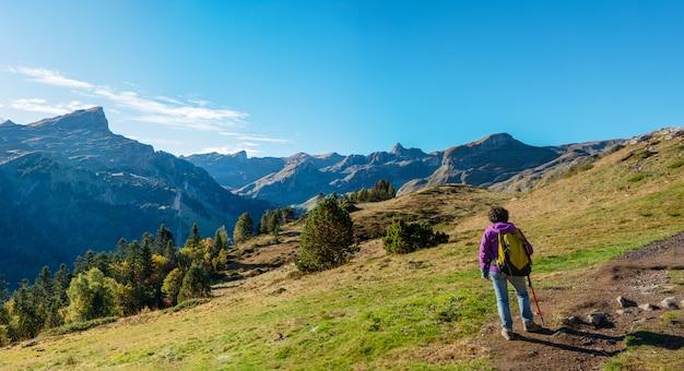 Mulher caminhante caminhando nas montanhas dos pirinéus, perto do pic ossau