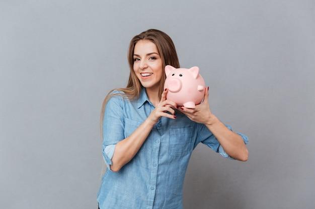 Mulher camisa, segurando, moneybox, em, mãos