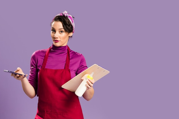 Mulher cansada com deveres de casa e trabalho copie o espaço