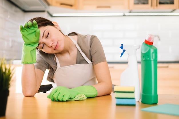 Mulher cansada com luvas