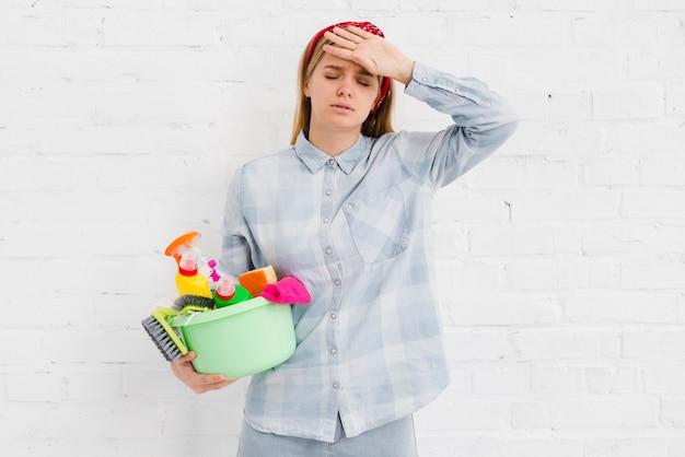 Mulher cansada de limpar a casa