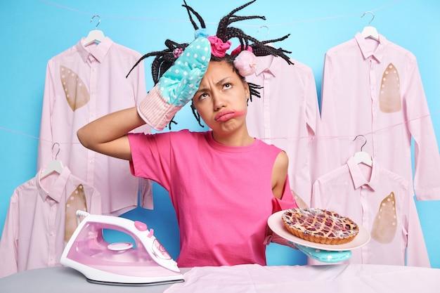 Mulher cansada depois de assar torta limpa a testa