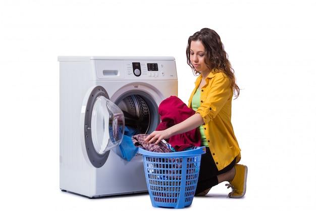Mulher cansada depois de lavar roupa isolada no branco