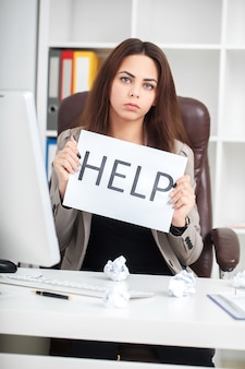 Mulher cansada e frustrada europeia, trabalhando como secretária em stress no trabalho negócios dizendo ajuda