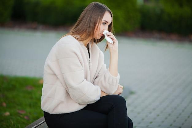 Mulher, cansado, de, trabalho, enquanto, sentando, ao ar livre, imprensa, de, colegas