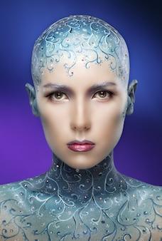 Mulher careca com arte de maquiagem colorida.