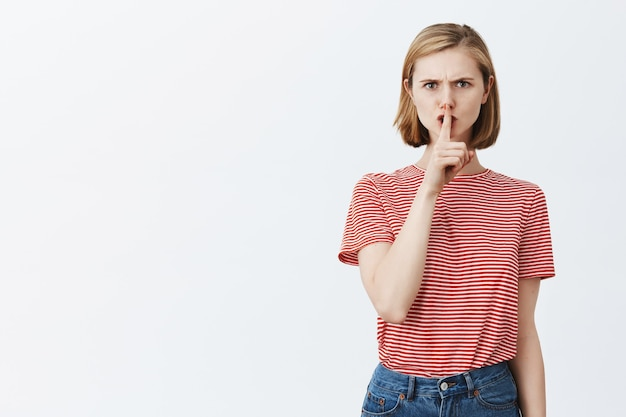 Mulher carrancuda e zangada repreendendo por ter agido errado, calando você
