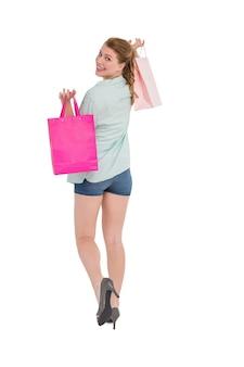 Mulher carregando bolsas de compras sobre o ombro