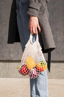 Mulher carregando legumes orgânicos