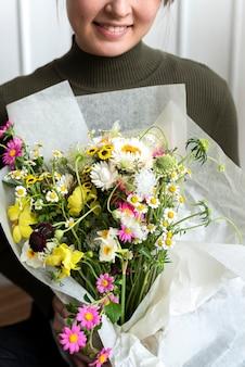 Mulher carregando um buquê de flores