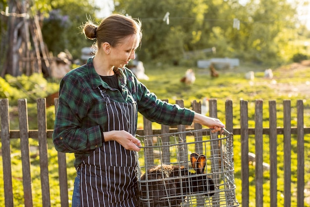 Mulher carregando um coelho