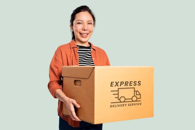 Mulher carregando uma caixa de mudança