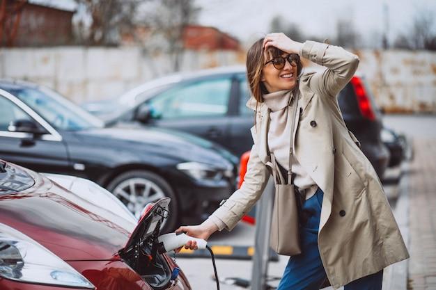 Mulher, carregar, electro, car, em, a, elétrico, posto gasolina