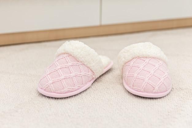 Mulher casa chinelo no chão carpete chinelos