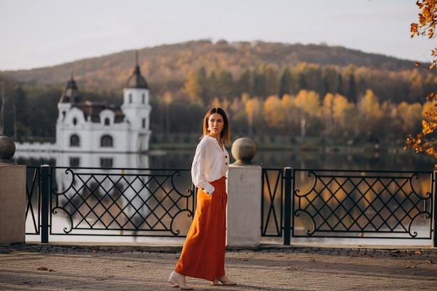 Mulher, castelo, lago, posar