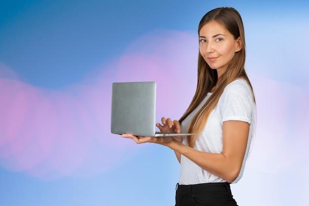 Mulher casual com um laptop