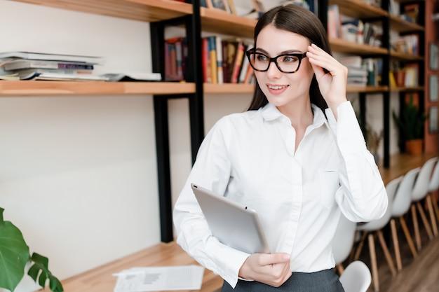 Mulher casual em copos no escritório