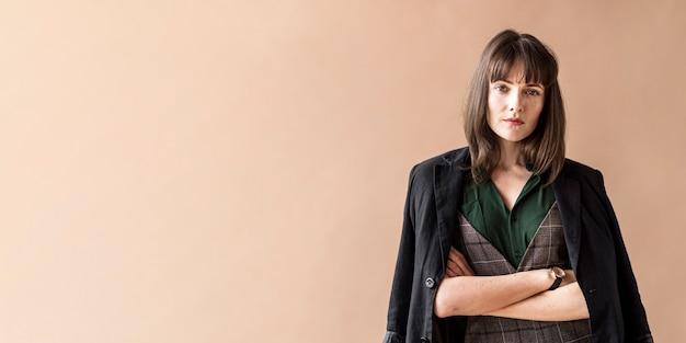 Mulher casual em um banner social de ensaio de moda Foto Premium