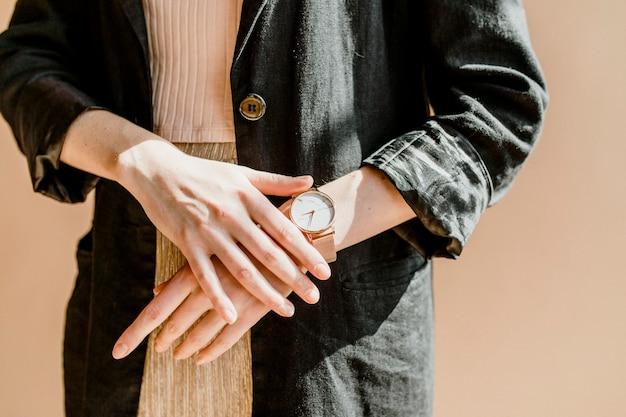 Mulher casual em um blazer preto