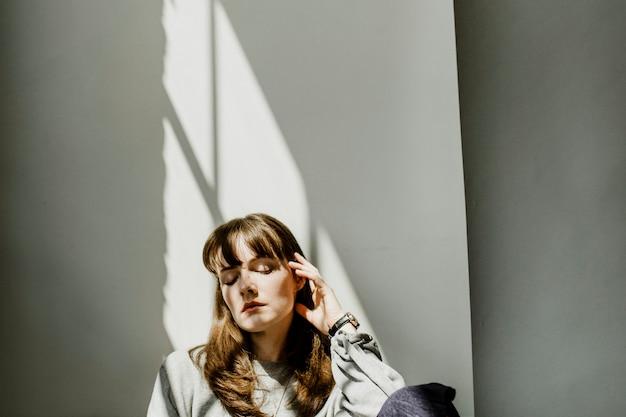 Mulher casual em um ensaio de moda Foto Premium