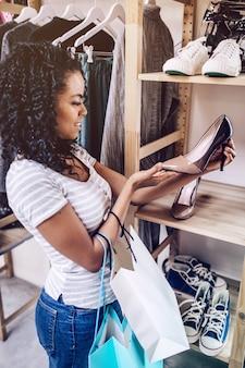 Mulher casual, escolhendo sapatos novos