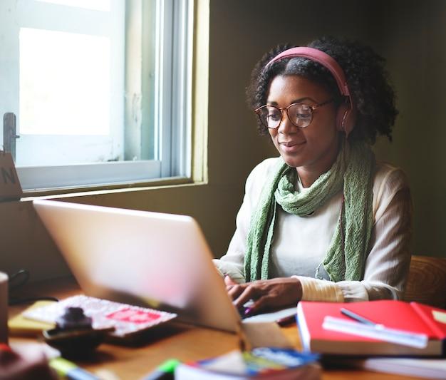 Mulher casual preta trabalhando no computador