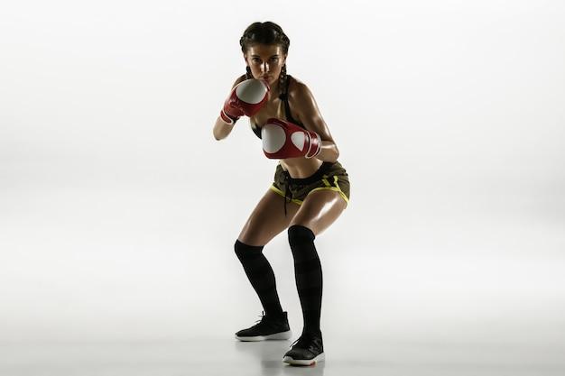 Mulher caucasiana apta no boxe sportswear isolado no fundo branco.