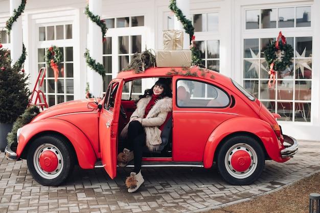 Mulher caucasiana atraente sentada no banco do motorista do carro