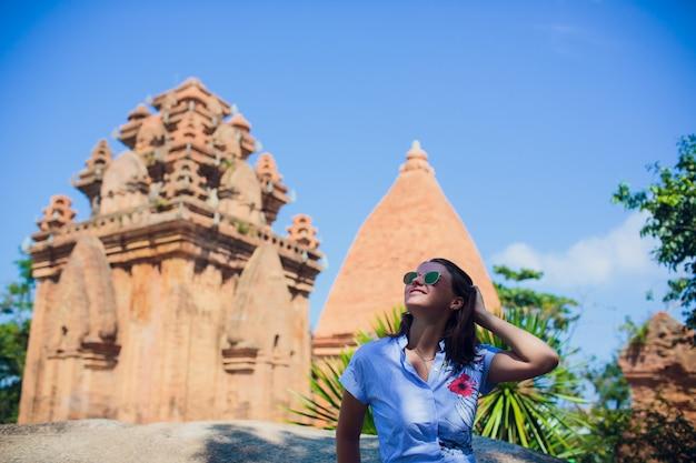 Mulher caucasiana cap vietnã wat templo no fundo.