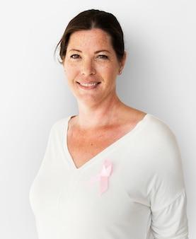 Mulher caucasiana com um câncer de mama rosa ribbin