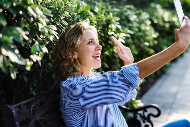 Mulher caucasiana, com, um, smartphone