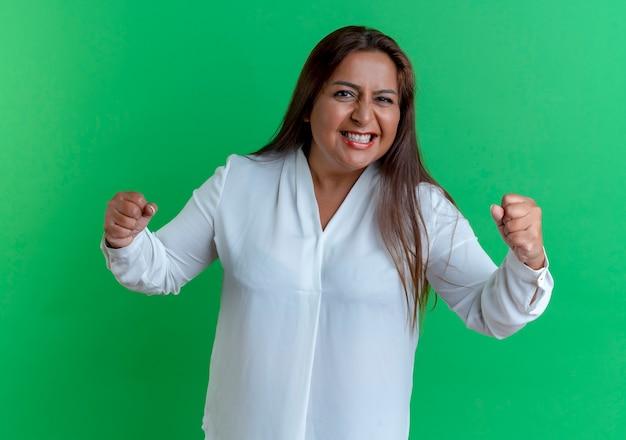 Mulher caucasiana de meia-idade alegre e casual mostrando um gesto de sim