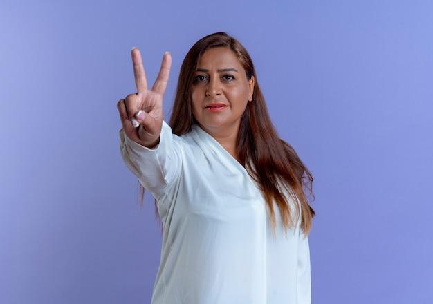 Mulher caucasiana de meia-idade casual mostrando gesto de paz